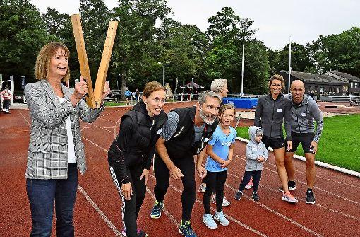 Ulrike Zeitler schickt mit der Starterklatsche die Läufer auf die Strecke. Foto: Linsenmann