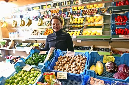 Obst und Gemüse statt Schreibtischjob: Stefanie Wilk führt mit ihrer Mutter Annemarie das Stuttgarter Früchtle am Bismarckplatz. Foto: Björn Springorum