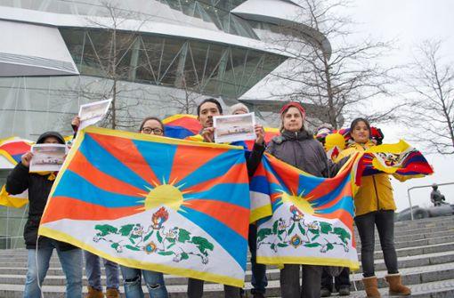 Vor der Mercedes-Benz-Welt zeigen einige Tibet-Aktivisten Flagge. Foto: Lichtgut - Oliver Willikonsky