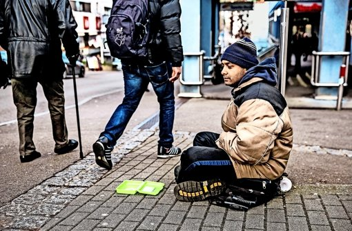 """Die Kälte kriecht in alle Glieder und nur spärlich landen die Groschen in der Vesperbox. Der """"Arbeitstag"""" von Sasa Pudnoki dauert im Winter von 7 bis 18 Uhr Foto: Horst Rudel"""