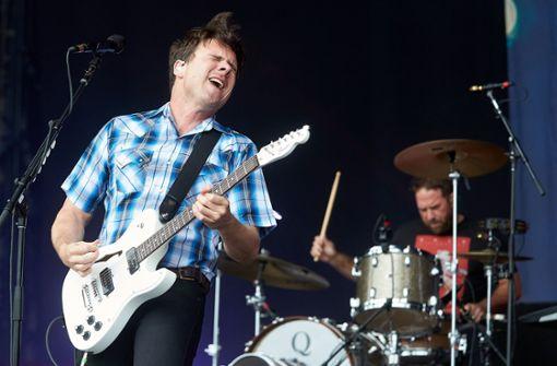 """Frontmann Jim Adkins (links) und Schlagzeuger Zach Lind treten mit der US-amerikanischen Alternative-Rock-Band """"Jimmy Eat World"""" auf der Hauptbühne auf. Foto: dpa"""