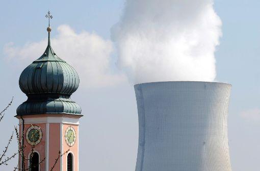 Blick auf die Kirche von Dogern (Kreis Waldshut-Tiengen) und den Akw-Kühlturm Leibstadt Foto: dapd