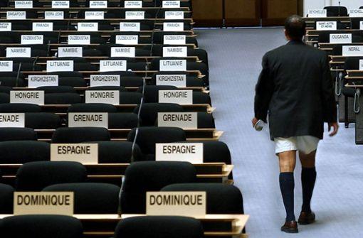 Sie leben nicht auf den Bermudas? Dann bitte nicht: Auf den Bermuda-Inseln die Hosen zur üblichen Geschäftskleidung – man kombiniert sie mit Kniestrümpfen, Hemd und Krawatte. So weit konnte es nur kommen, weil Männer der Royal Navy dieses Kleidungsstück auf den Inseln einführten. Hierzulande sagen Stilexperten: Ein nacktes Männerbein gehört nicht nur in kein Büro, sondern eigentlich nirgendwohin – außer an den Strand oder in den Garten. Foto: dpa