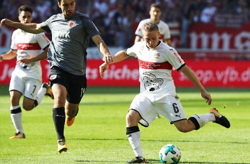 VfB-Spieler Santiago Ascacibar verteidigt den Ball gegen den Augsburger Spieler Jan Moravek  Foto: Bongarts