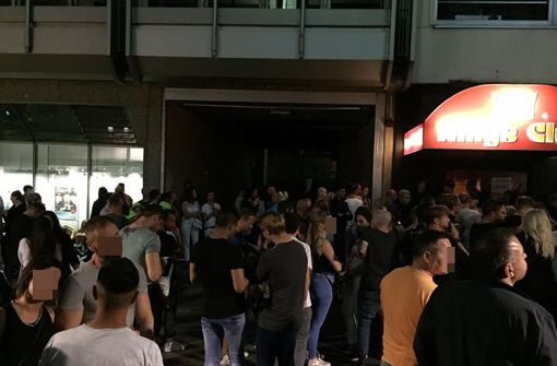 Szenen während der Polizeiaktion: Besucher des Kings Club müssen raus aus der Disco. Foto: Matthias Müller