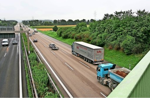 Kurz hinter der Fahrradbrücke über die A 8 bei Kirchheim-Nabern soll das Portal für den Albvorlandtunnel entstehen Foto: Horst Rudel
