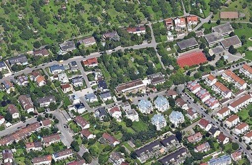 Im Feuerbacher Wohngebiet Hattenbühl könnten auf einer Freifläche zwei provisorische Gebäude für 159 Flüchtlinge gebaut werden. Foto: Google Maps/Teleatlas Foto: