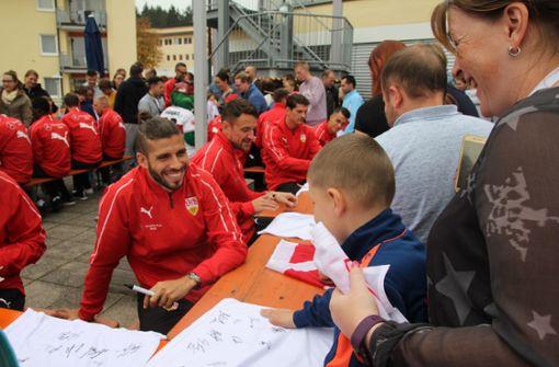 Emiliano Insua schrieb fleißig Autogramme. Foto: VfB Stuttgart