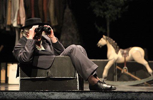 Egon Madsen mit Don Q. auf der Bühne des Aalto-Theaters in Essen. Foto: Ursula Kaufmann