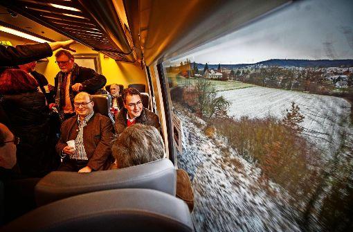 Landrat Richard Sigel (rechts) und der Murrhardter Bürgermeister Armin Mössner (daneben) sind sichtlich zufrieden. Der Sulzbacher Schultes Dieter Zahn (stehend) hat eigens Sekt zum Anstoßen organisiert. Foto: Gottfried Stoppel