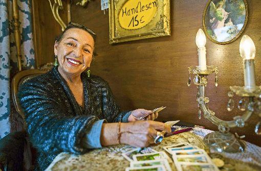 Madame Odessa, die im Almhüttendorf  des Frühlingsfestes Karten legt, stammt aus der berühmten Artistenfamilie Traber Foto: 7aktuell.de/Oskar Eyb