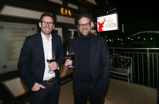 Die Wirte Steffen Kauderer (li.) und Christian List feiern die Eröffnung vom Roten Hirsch in Esslingen.   Foto: Ines Rudel