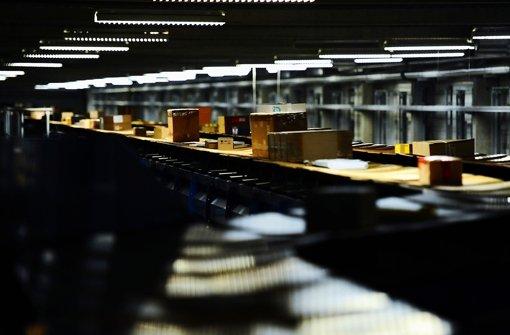 Auf den Sortierbändern im DHL-Paketzentrum Köngen wird es eng: Die Vorweihnachtszeit ist dort Hauptsaison. Foto: Michele Danze