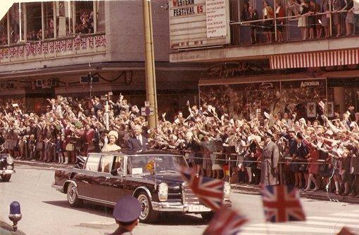 Ministerpräsident Kurt-Georg Kiesinger und Königin Elisabeth II auf der Fahrt durch die Königstraße, vorbei an der jubelnden Menschenmenge  Foto: Stuttgart-Album