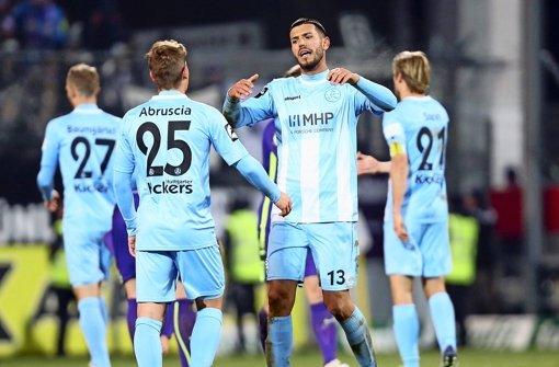 Klaus Gjasula (re.): Der Neuzugang der Kickers ärgert sich nach dem Schlusspfiff über das 1:1 gegen Erzgebirge Aue. Foto: Baumann