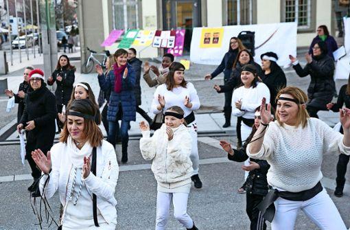 Die Tänzerinnen haben offensichtlich Spaß bei der Aktion auf dem Marktplatz. Foto: Horst Rudel