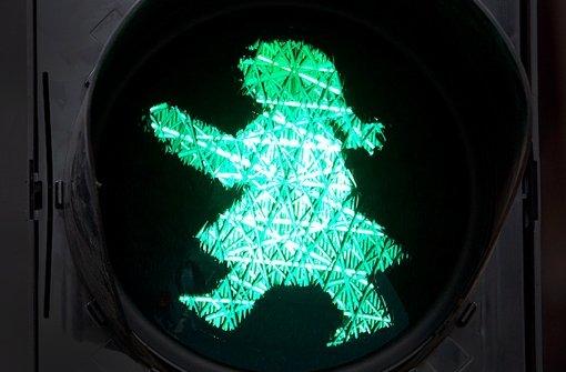 An einer Kreuzung in Hamm (Nordrhein-Westfalen) regelt eine Ampelfrau den Verkehr – die Dortmunder Verwaltung soll nach dem Willen einiger Stadtpolitiker für mehr Gleichberechtigung an Fußgängerampeln sorgen Foto: