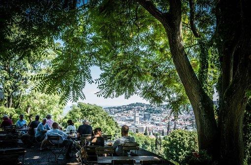 A wie Aussicht: Am schönsten lässt sich der Sommer in Stuttgart von oben genießen. Zahlreiche Aussichtsplattformen bieten einen herrlichen Blick auf die Stadt. Dafür lohnt es sich, steile Treppen und Höhen zu erklimmen – egal ob Fernsehturm, Killesbergturm oder wie im Bild die Karlshöhe. Auf der Panorama-Terrasse der Karlshöhe gibt es einen Biergarten mit Snacks und Getränken. Ideal für eine sommerliche Auszeit vom Alltag. Foto: Lichtgut/Achim Zweygarth