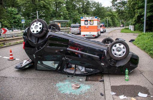 Der Wagen der 82-Jährigen blieb auf dem Dach liegen. Foto: SDMG