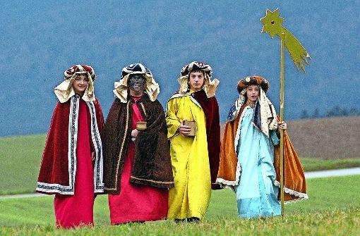 Verkleidet als Melchior, Caspar und Balthasar sind die Sternsinger ab dem 3. Januar auch im Stuttgarter Norden unterwegs, stets begleitet von dem  Sternträger. Foto: dpa