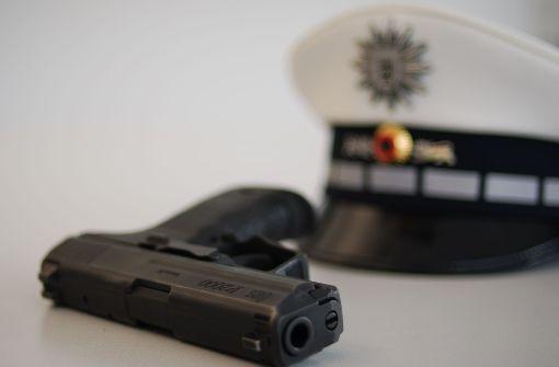 Mann greift nach Polizeiwaffe