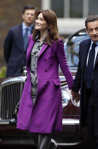 Sängerin und Ex-Model Carla Bruni mit ihrem Ehemann Nicolas Sarkozy, der von 2007 bis 2012 Frankreichs Staatspräsident war. Das Bild wurde während der Amtszeit aufgenommen. Carla Bruni wirkte mit ihrer kühlen Eleganz manchmal wie eine schöne Außerirdische an der Seite ihres modisch eher uninspirierten Ehemannes. Foto: AFP