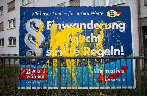 Schon im Februar: Beschmierte und beschädigte Wahlplakate der AfD – inzwischen führt die AfD immer heftiger Klage. Foto: dpa