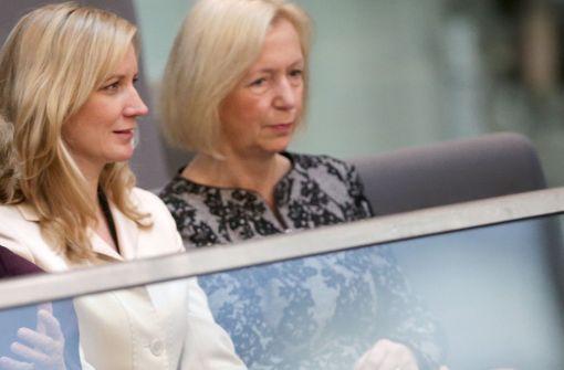 Eva Christiansen (links; mit Bildungsministerin Johanna Wanka) hat nicht nur alle Redenschreiber der Kanzlerin unter sich, sondern Merkels gesamte Außendarstellung. Foto: dpa