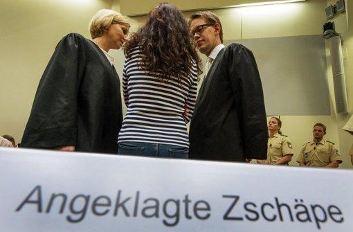 Die mutmaßliche NSU-Terroristin Beate Zschäpe (Mitte) mit ihren Pflichtverteidigern Anja Sturm und Wolfgang Heer. Bislang schweigt die Angeklagte. Foto: dpa