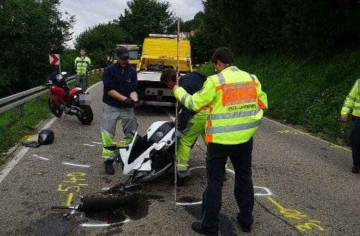 Während das Motorrad auf der Straße liegenblieb, wurde der Fahrer über die Leitplanke in ein Gebüsch geschleudert. Foto: SDMG