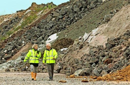 Rundgang mit dem Deponiechef: Albrecht Tschackert schaut mit einer Mitarbeiterin nach dem rechten im Froschgraben. Foto: factum/Granville