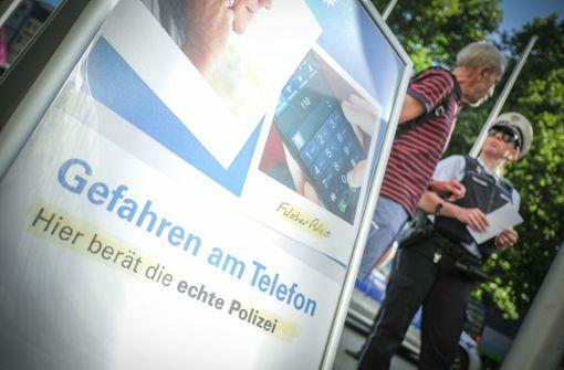 """""""Hier berät die echte Polizei"""": Am Infostand erfahren die Bürger, woran man echte Beamte erkennt, und wie man falsche Polizeibeamte abwimmeln kann.  Foto: Lichtgut/Leif Piechowski"""