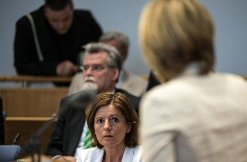 Julia Klöckner treibt Malu Dreyer vor sich her