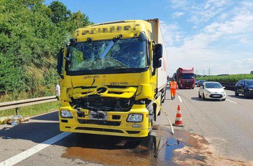 Lkw kracht auf stehenden Lastwagen