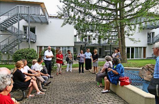 Projektleiterin Petra Mack (6.v.r.) und Hausleiterin Simone Westhoff (7.v.r.) begrüßten die Bezirksbeiräte um Susanne Korge (8.v.r.) vor dem Wohnheim. Foto: Chris Lederer