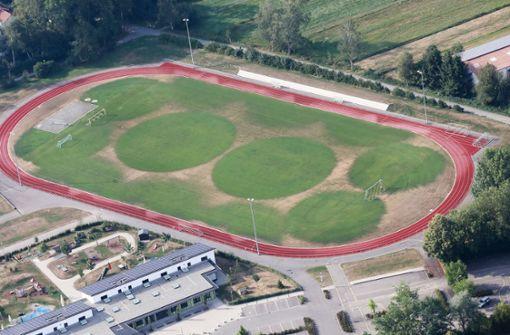 Sommersonne zeichnet Kreise auf Fußballfeld