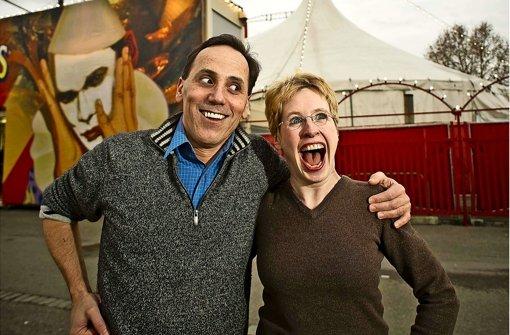 Scott Nelson ist Magier und Komiker in einer Person, seine Partnerin Muriel Brugman nicht nur Assistentin. Foto: Lichtgut/Max Kovalenko