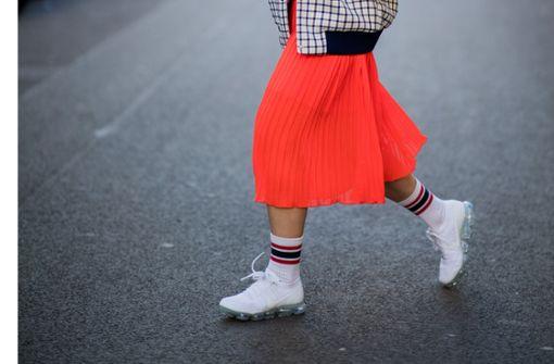 Angesagt, wenn auch gewöhnungsbedürftig: Faltenrock kombiniert mit Blouson, Tennissocken und – Sneaker Foto: Getty