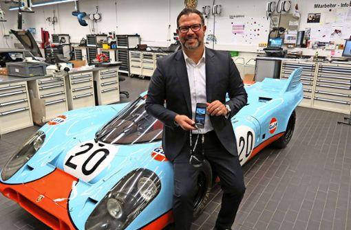 Achim Stejskal präsentiert den neuen multimedialen Museumsguide. Er sitzt auf einem Porsche 917. Das Modell wird 2019 ein halbes Jahrhundert alt. Foto: Bernd Zeyer
