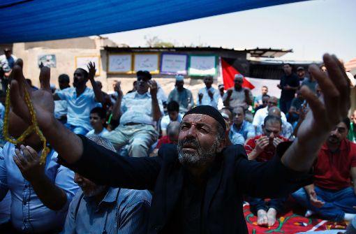 Menschen beten auf der Straße gegen die Vertreibung von palästinenischen Familien. Foto: AFP