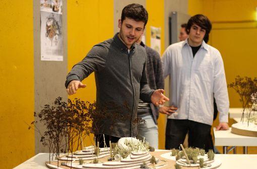 Im Vaihinger Bürgerzentrum am Schwabenplatz haben die Studenten von der Hochschule für Wirtschaft und Umwelt Nürtingen-Geislingen ihre Entwürfe Vertretern der Stadt und des Waldkindergartens präsentiert. Foto: Yannick Buhl