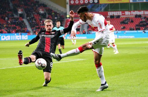 Der Leverkusener Lars Bender gegen VfB-Profi Nicolas Gonzalez. Foto: Pressefoto Baumann