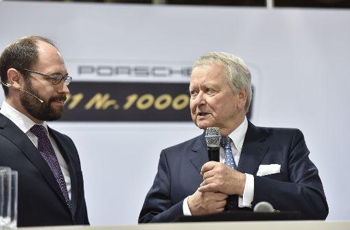 Der Aufsichtsratsvorsitzende Wolfgang Porsche bei seiner Rede zur Produktion des millionsten Porsche 911er, neben ihm Josef Arweck, der Leiter der Porsche-Öffentlichkeitsarbeit. Foto: 7aktuell/Eyb