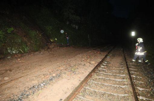 Männer sitzen an Gleis und provozieren Schnellbremsung