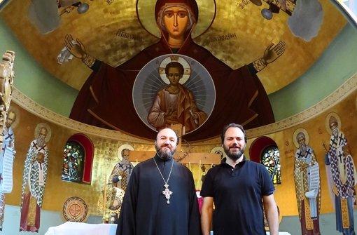 Pfarrer Zacharias Batzakakis und Künstler Konstantinos Baltzakis (v.l.) in dem schon fertig gestalteten Altarraum der Kirche Himmelfahrt Christi. Foto: red