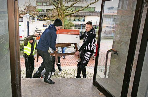 Der Jugendhausleiter Hänsi Weiß und seine Helfer schleppen einen Tischkicker in das neue Domizil neben der Alten Post. Foto: Horst Rudel
