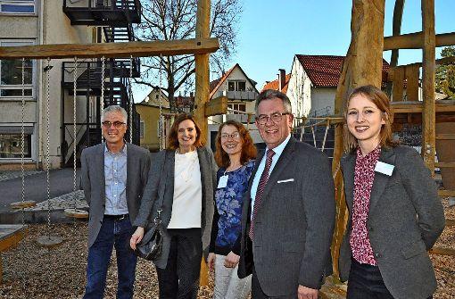 Auch der neu gestaltete Schulhof hat es ihnen angetan (v.l.): Andreas Dobers (Jugendhausgesellschaft), Isabel Fezer (Bürgermeisterin), Ulrike Schwarz (Schulleiterin), Peter Beier (Bezirksvorsteher). Foto: