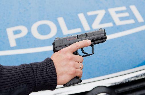 Als der 15-Jährige seine Hände nicht aus den Taschen nehmen will, zücken die Polizisten ihre Dienstwaffen. Foto: dpa