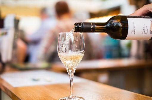 """""""Der beste Weißwein kommt aus dem Rheingau."""" – Die Zeiten, in denen die deutschen Weißweine nur aus dem Rheingau, Rheinhessen und Mosel kamen, sind lange vorbei. Vor allem, seitdem sich die Cuvée durchgesetzt hat, hat auch Württemberg sehr schöne Weißweine zu bieten. Foto: dpa"""