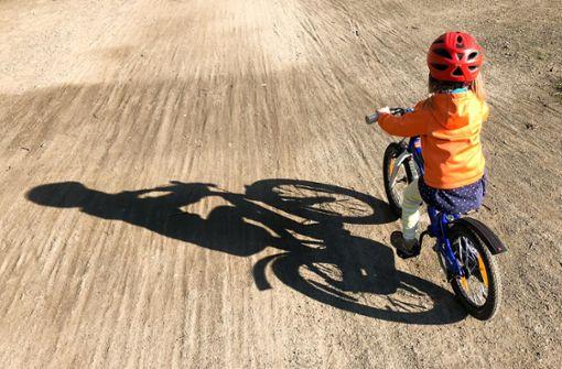 """72 Prozent der Kinder in deutschen Städten tragen einen Fahrradhelm. """"Vor zehn Jahren waren es noch 45 Prozent der Kinder"""", sagt Claudia Evers, Leiterin des Referats """"Verkehrspsychologie, Verkehrspädagogik"""" bei der BASt.  Foto: dpa-Zentralbild"""